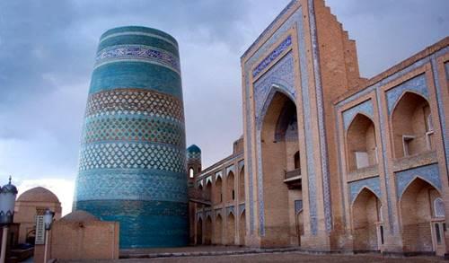 2. Muhammad Aminxon madrasasi va minorasi
